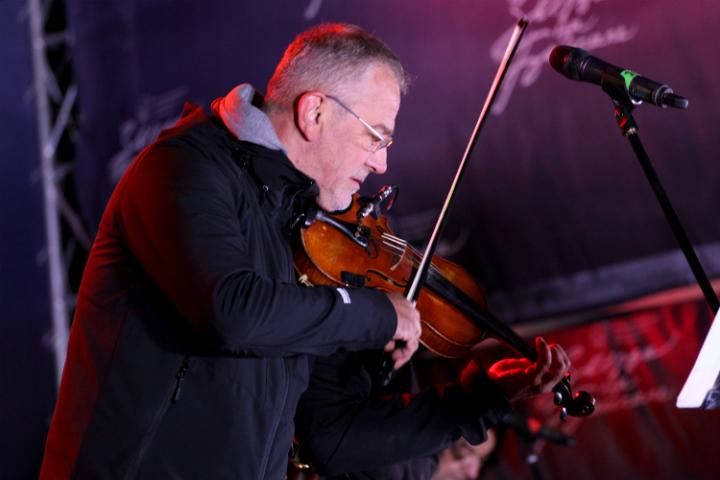 Фото Эмира Кустурицы в Иркутске: популярный режиссер и музыкант дал концерт на площади города