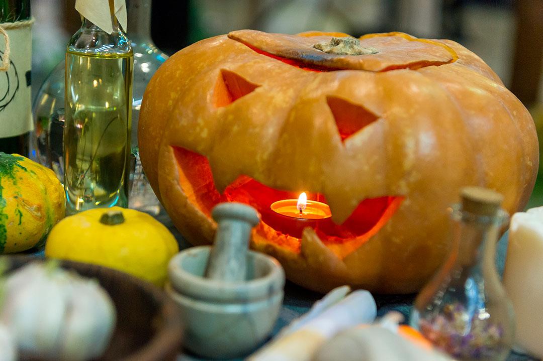 Самое безобидное занятие на Хэллоуин — карвинг на тыкве.