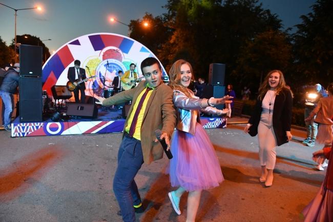 f3f4bffdd9f4947 Выпускной в Парке Горького 2019: концерт любимых звезд, фотосессии и  рассвет над Москвой-рекой