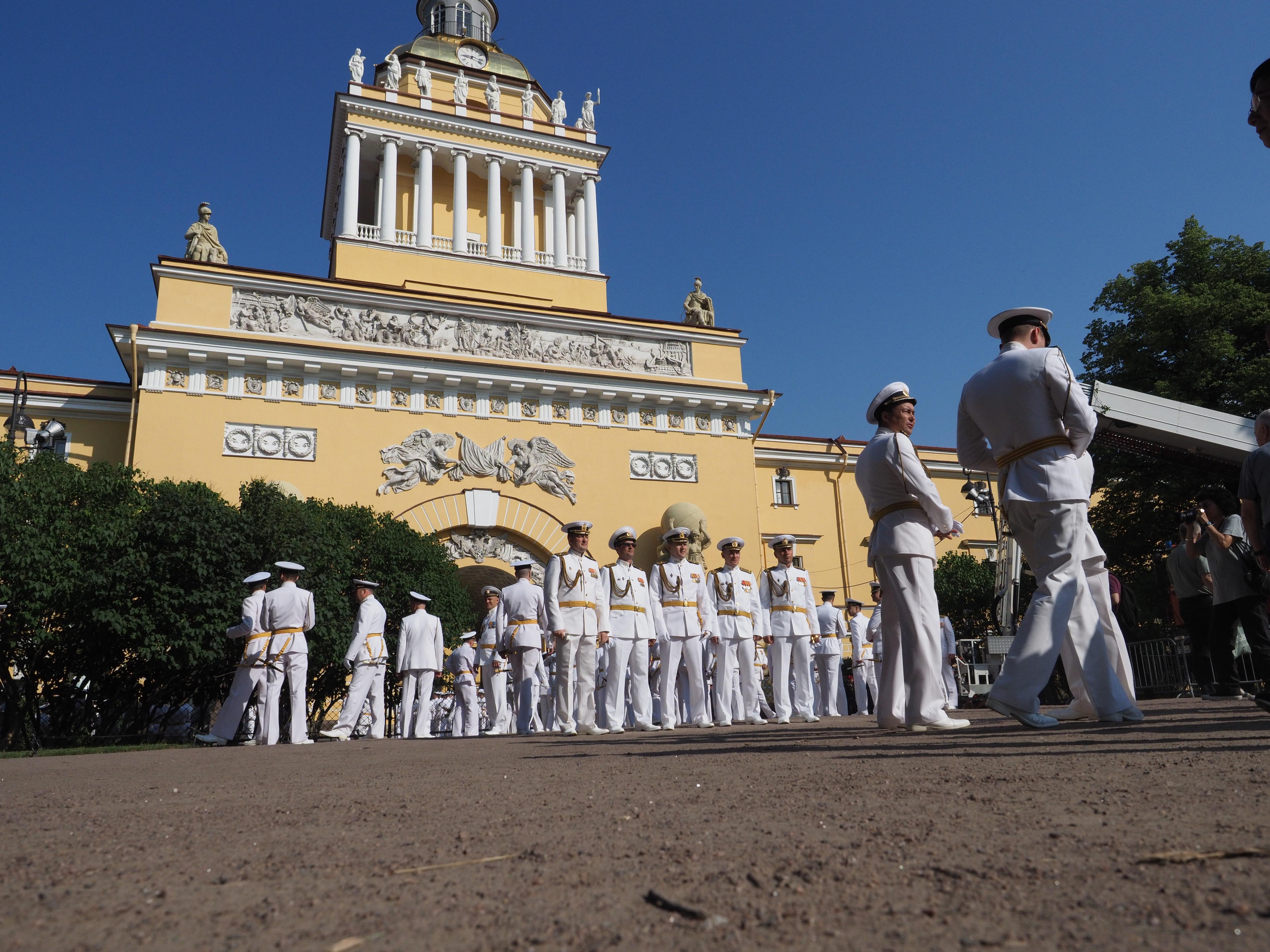 Участники парада на День ВМФ в Александровском саду