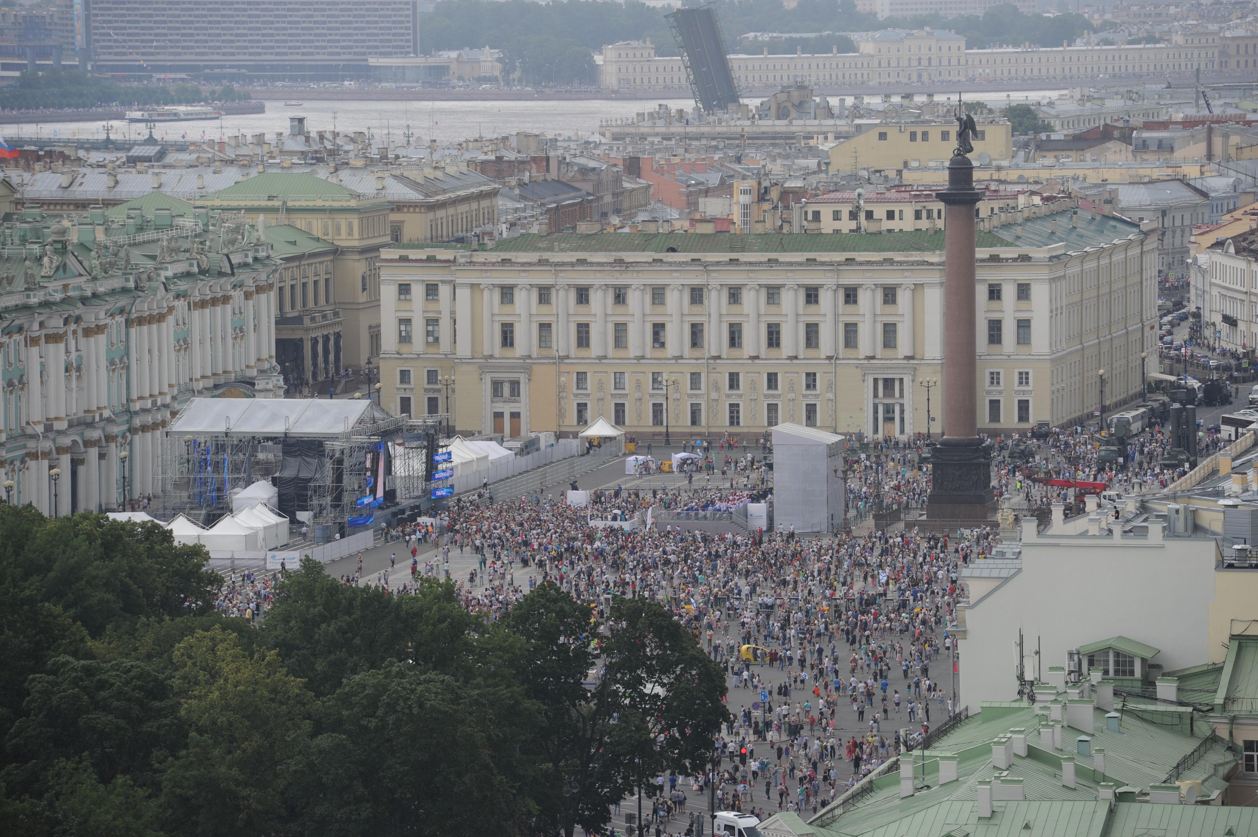 Концерт на Дворцовой длится весь день после парада. Фото: Олег ЗОЛОТО