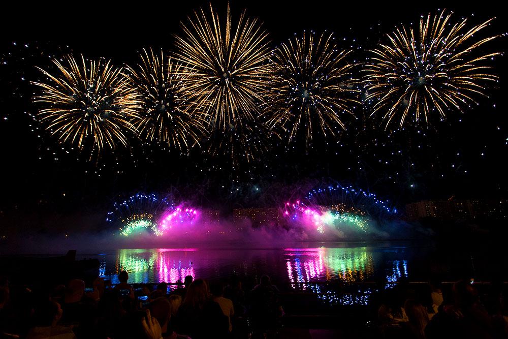 Пиротехническое шоу озарило небо над Братеевским парком в российской столице