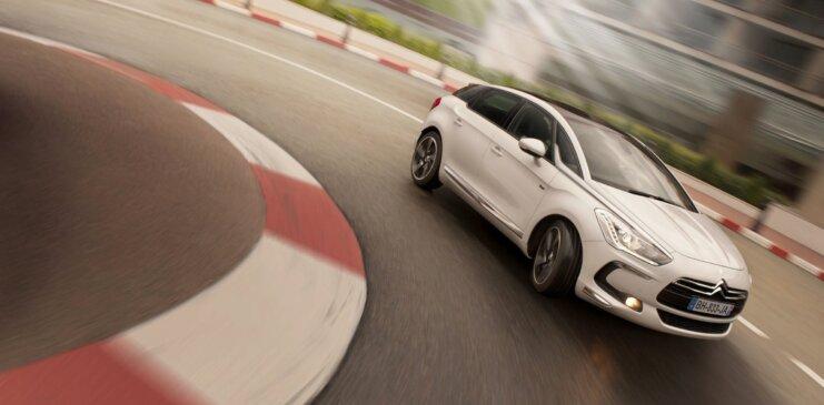 Правда ли, что на переднеприводном автомобиле нужно всегда давить на газ, чтобы вписаться в поворот?