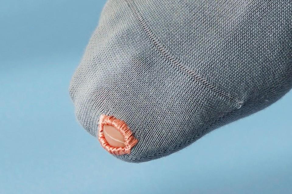 Модный тренд осени 2021: Носки с дыркой на пальце
