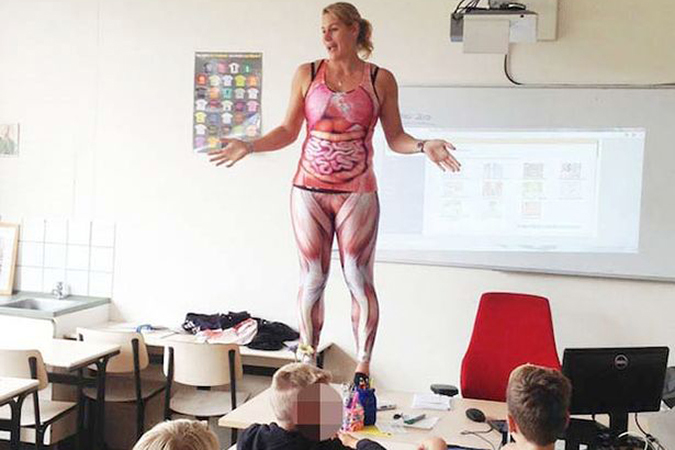 видео училка показывает анатомию на себе