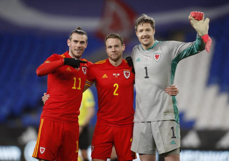 Главная звезда сборной Уэльса Гарет Бэйл с товарищами по команде - защитником Крисом Гантером, и вратарем Уэйном Хенесси. Фото: Reuters