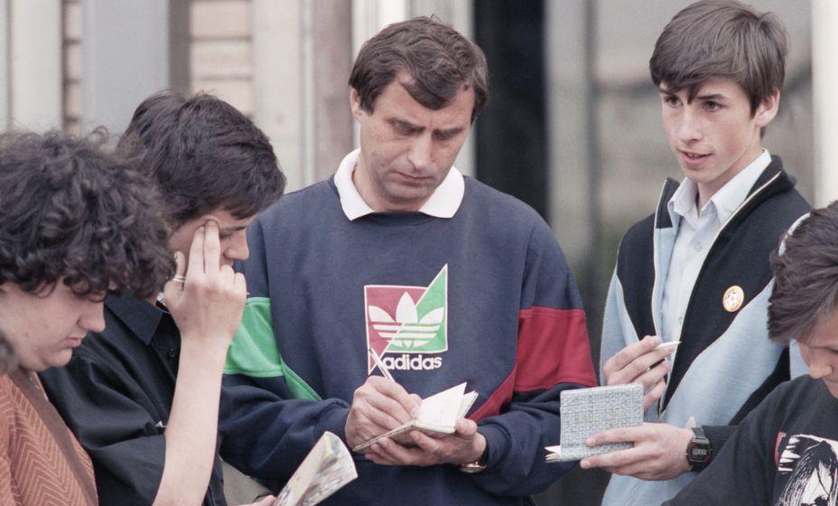 Главный тренер национальной команды нашей страны Анатолий Бышовец раздает автографы болельщикам. Фото: Global Look Press