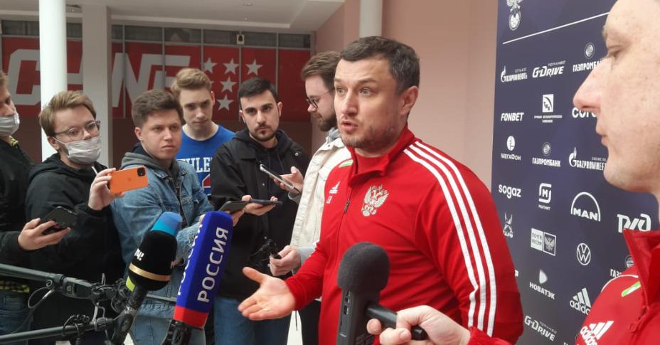 Врач сборной России по футболу Эдуард Безуглов отвечает на вопросы журналистов. Фото: Андрей Вдовин