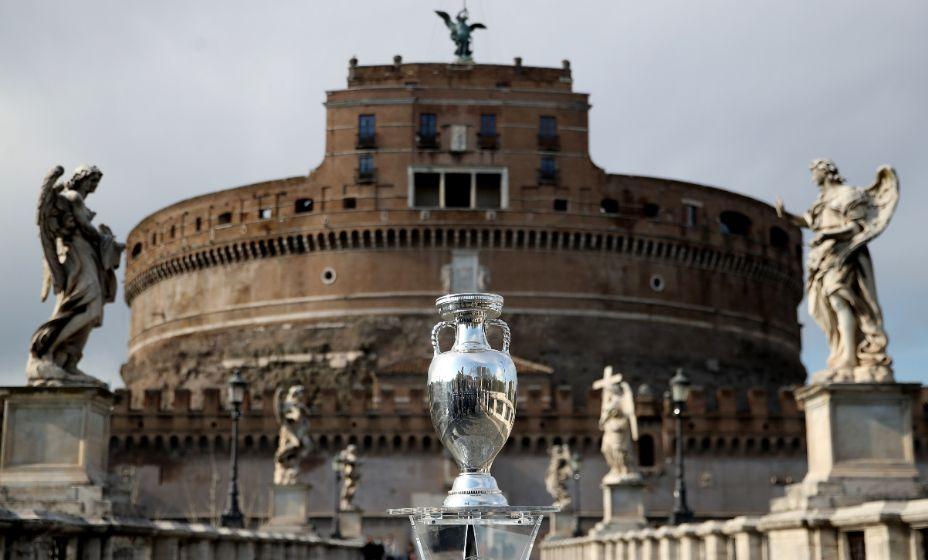 Кубок Анри Делоне на фоне замка Святого Ангела в Риме. Фото: Reuters