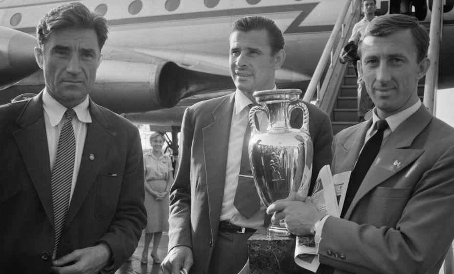 Легенды советского футбола Лев Яшин (в центре) и Игорь Нетто (справа) и Андрей Старостин возвращаются с первого Кубка Европы-1960 с  главным трофеем. Фото: ТАСС