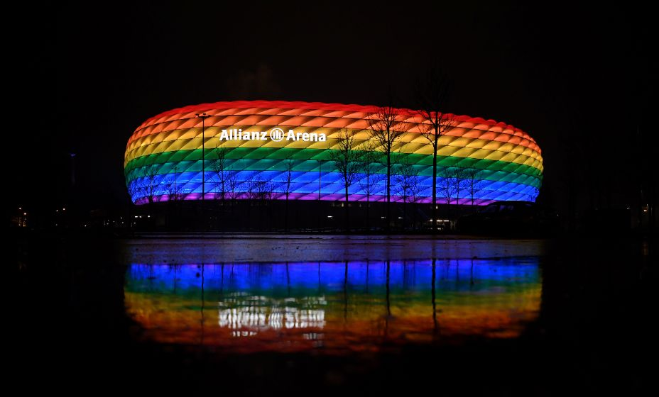 Фасад и крыша «Альянц Арены» состоят из более чем 2760 ромбовидных подушек, которые могут менять цвета. Фото: Global Look Press