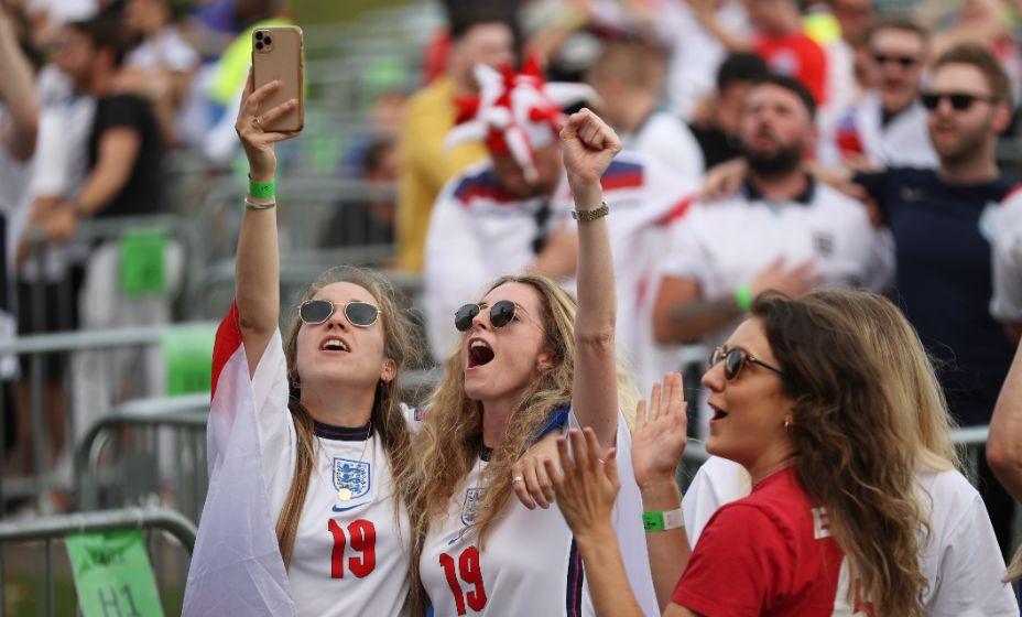 Английские болельщицы праздную т выход своей сборной в четвертьфинал. Фото: Reuters