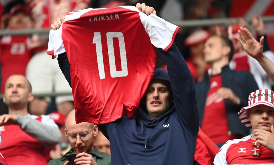 Болельщик сборной Дании поддерживает Кристиана Эриксена. Фото: Reuters