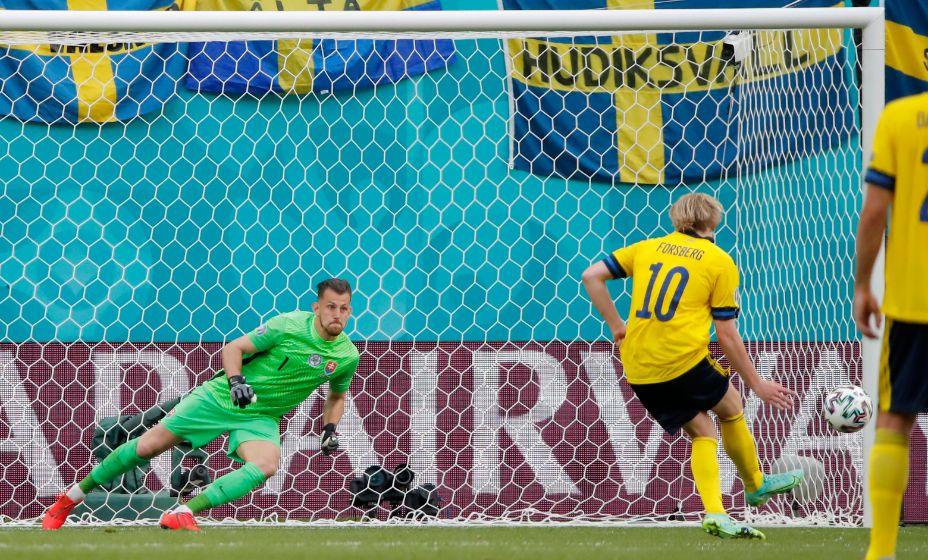 Эмиль Форсберг свой десятый мяч за сборную Швеции забил в ворота словаков с пенальти. Фото: Reuters