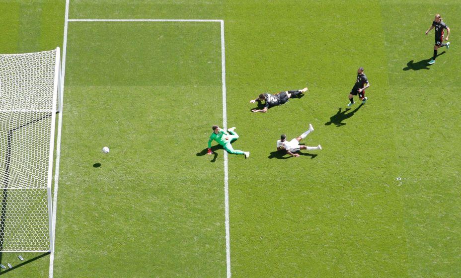 Нападающий англичан Рахим Стерлинг (в белой форме) отправляет мяч в ворота Хорватии. Фото: Reuters