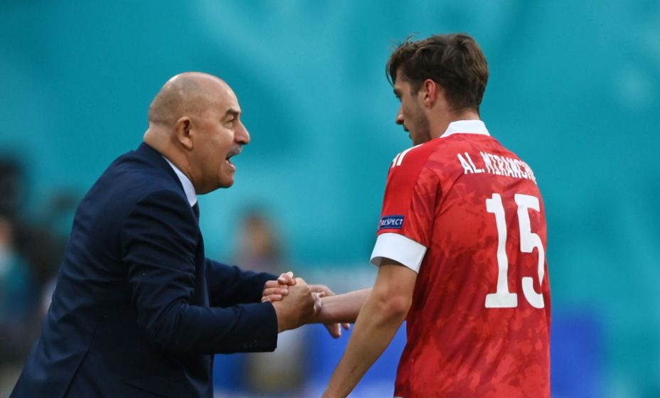 Станислав Черчесов благодарит Алексея Миранчука за гол в ворота финнов. Фото: Reuters