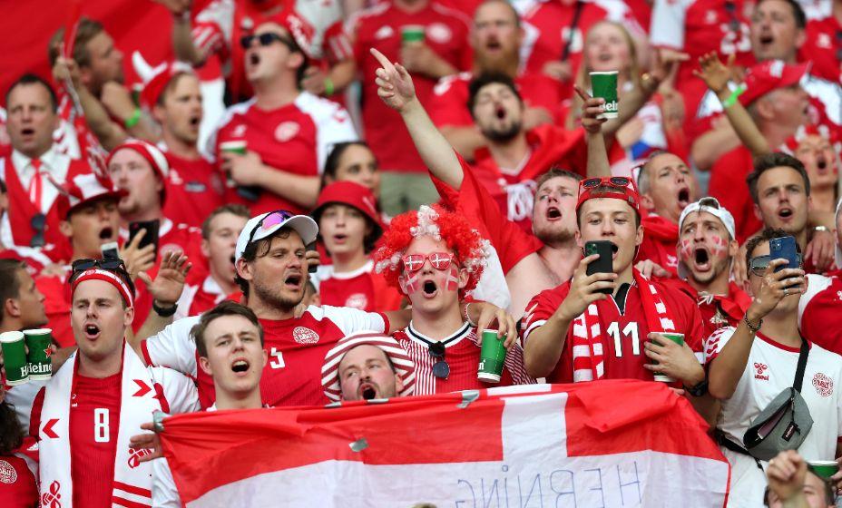 Болельщики сборной Дании благодарят свою сборную за волю к победе: их команда играла в полуфинале ЧЕ-2020. Фото: Reuters
