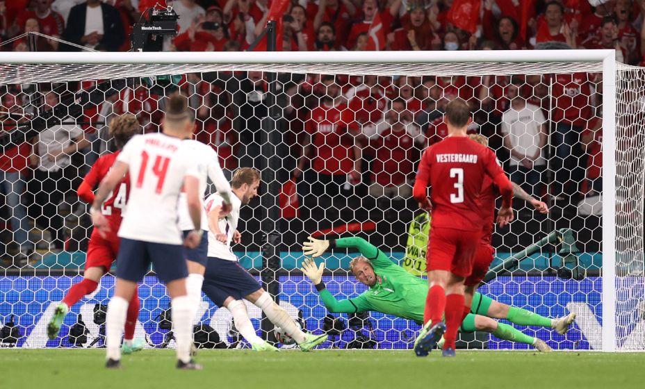 Кейн добивает мяч в ворота Дании, после того, как первый удар форварда англичан отразил вратарь Шмейхель. Фото: Global Look Press