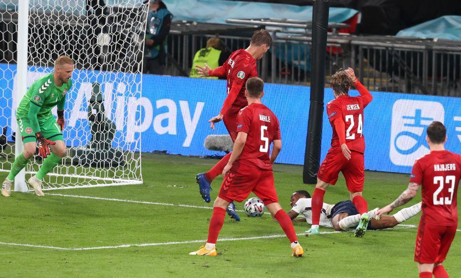 Падение Рахима Стерлинга в штрафной датчан, после которого был назначен пенальти в ворота Шмейхеля, было более чем спорным. Фото: Reuters